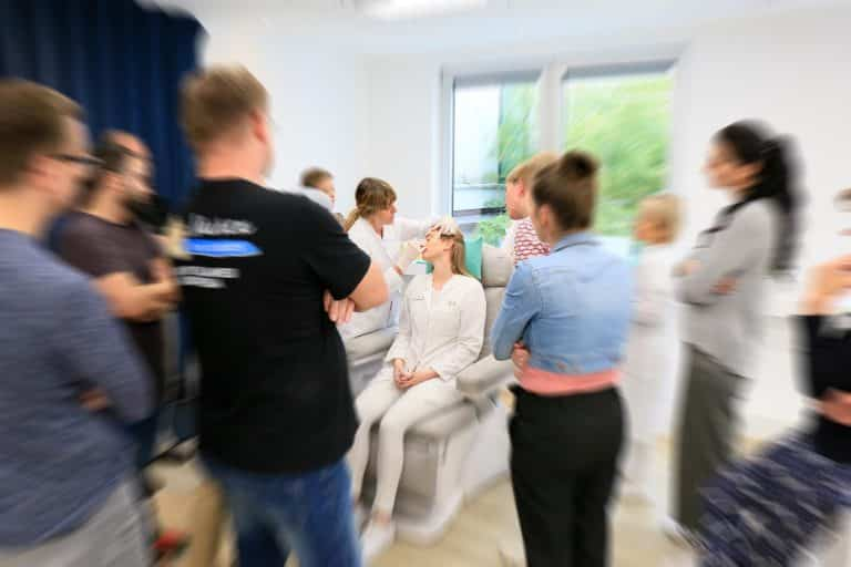 Akm GmbH in Düsseldorf. Botox und Hyaluron Unterspritzungs-Kurse für approbierte Ärzte. Bild zeigt: Hands on Training mit Teilnehmern