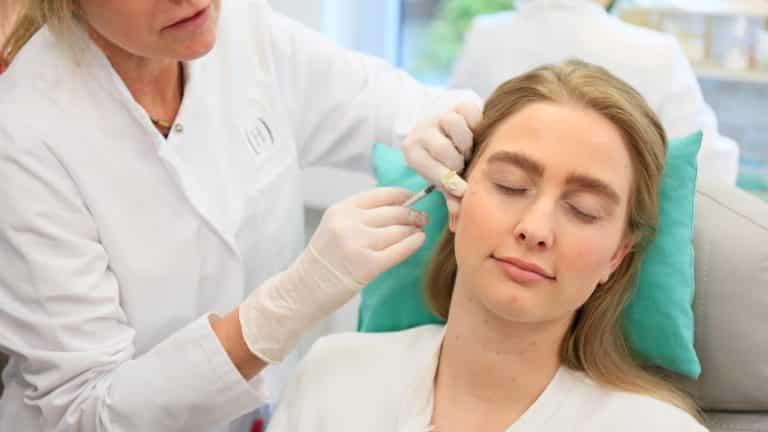 Akm GmbH in Düsseldorf. Botox und Hyaluron Unterspritzungs-Kurse für approbierte Ärzte. Bild zeigt: Hands on Training mit Kurs Modell.